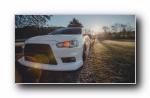 白色三菱EVO改装车秋季摄影宽屏壁纸